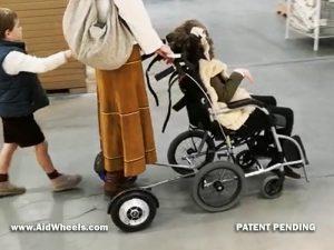empujar silla de ruedas con hoverboard